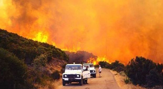 Sardegna, pauroso incendio tra le case: abitazioni evacuate