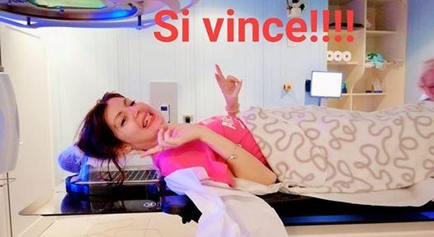 Azzurra Lorenzini morta di tumore, la cantante lottava da tempo. Su Fb scriveva. «Il sorriso abbatte tutto»