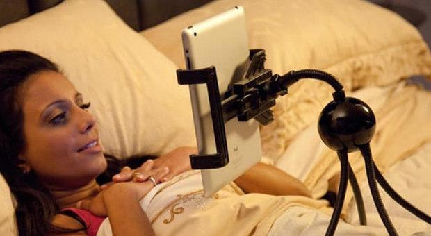 Contrordine: smartphone e tablet a letto non provocano l'insonnia