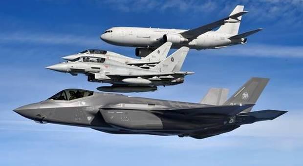 Un F35 in volo insieme a due F16