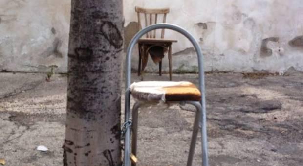 Napoli la strada delle sedie legate dalle prostitute foto di