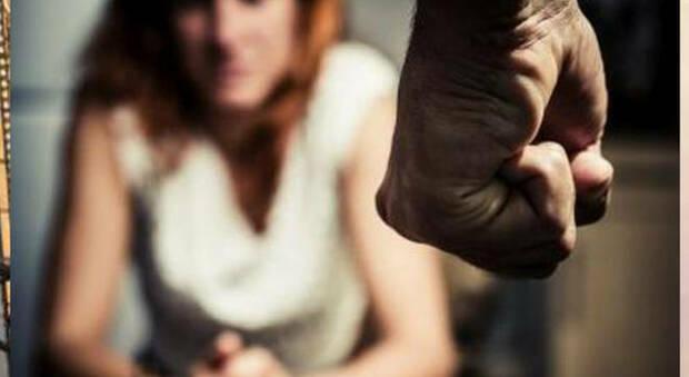 Fano, moglie violentata e picchiata anche con le forbici: marito e padre orco alla sbarra
