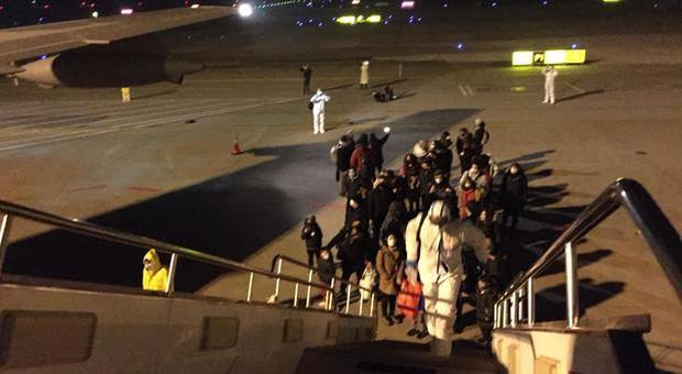 Coronavirus, 60 italiani in arrivo da Wuhan: passeranno 14 giorni in quarantena