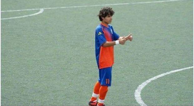 Muore calciatore di 22 anni: malore durante la partita dei dilettanti sotto gli occhi del papà