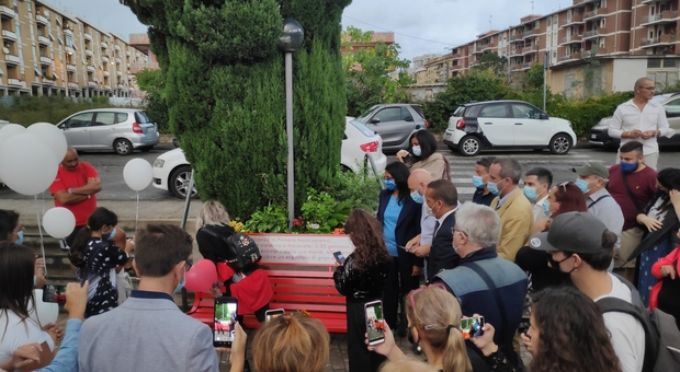 La panchina rossa dedicata a Pamela Mastropietro a Campo dell'Oro