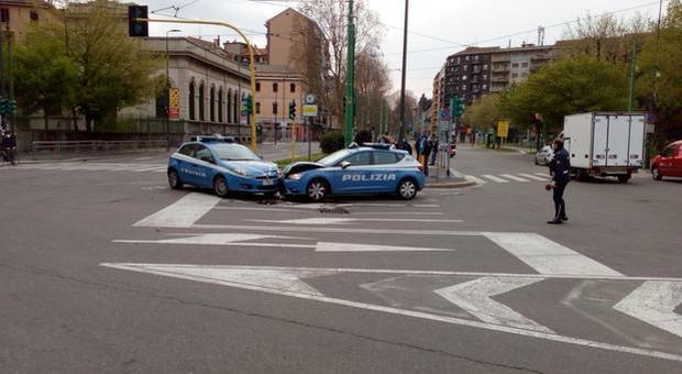 Milano, incidente frontale tra due volanti della polizia a un incrocio nella città deserta (Fotogramma)
