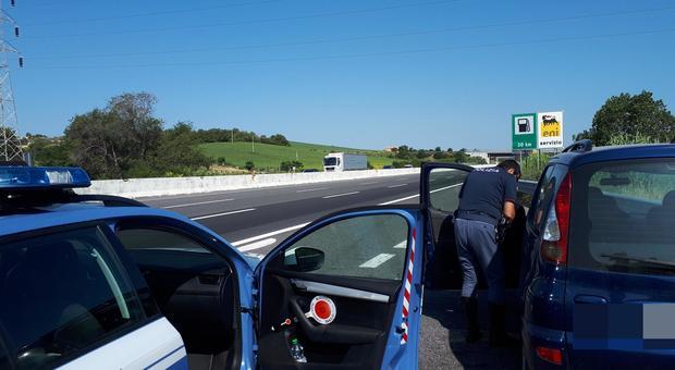 Posto di blocco della polizia stradale sull'autostrada A14: tre denunce