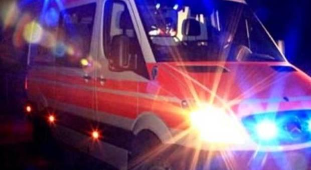 Scende dal bus e attraversa, ragazzo di 18 anni falciato da un'auto mentre torna a casa