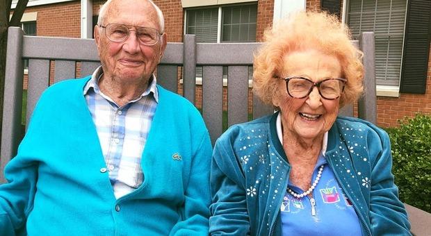 Usa, due centenari trovano l'amore in casa di riposo: lui 100 anni, lei 103