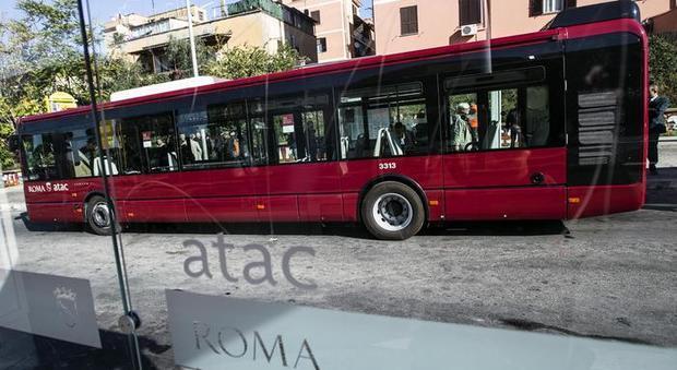 Roma, svegliato al capolinea del bus picchia l'autista Atac
