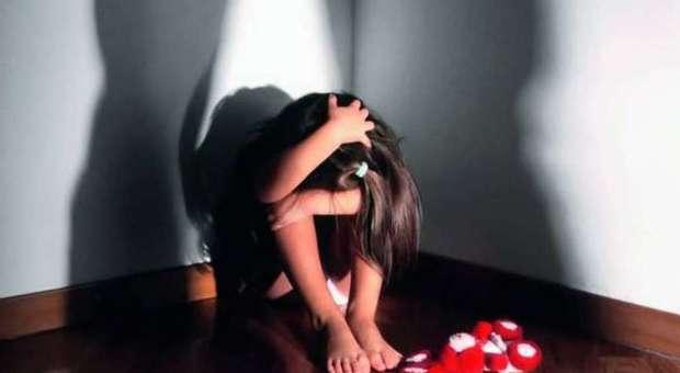 Bimba di quattro anni picchiata dal papà e dalla compagna: «Mi ha cecato con un cucchiaio, mi ha dato le botte»
