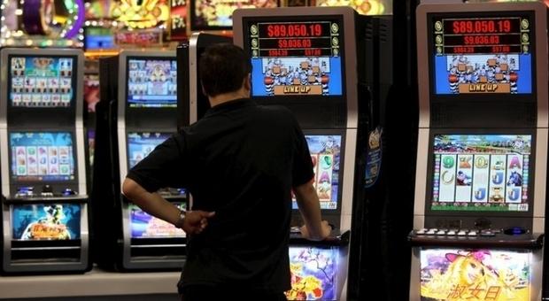 Pesaro, perde alle slot machine 900 euro del lavoro e si inventa una rapina: denunciato