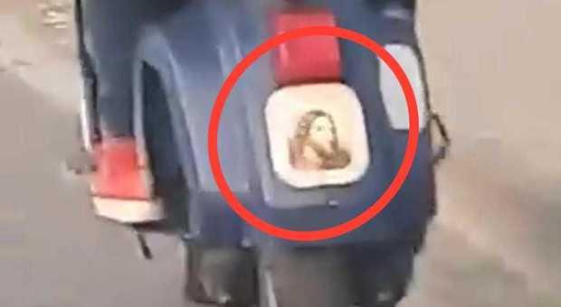 Napoli, l'ultima assurdità: in Vespa col volto di Gesù al posto della targa