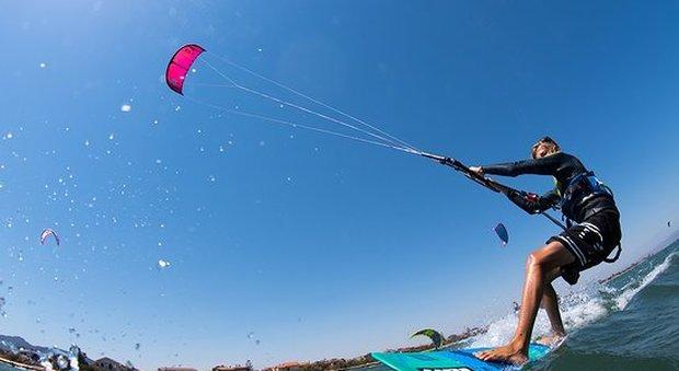 Con il kitesurf contro un palo della luce Giovane di 33 anni in coma farmacologico