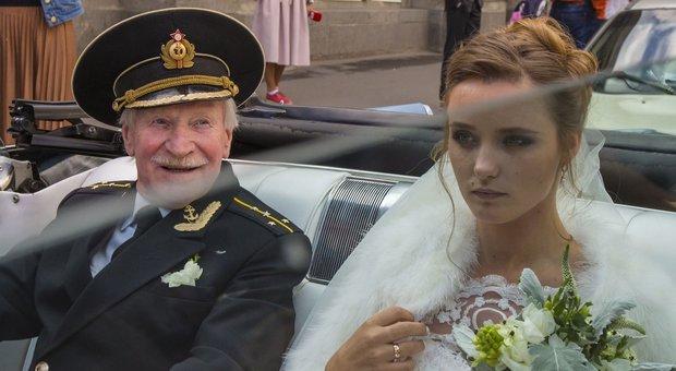 Attore 87enne sposa una donna di 27 anni, ma lei non vuole fare sesso: lui divorzia e torna dalla ex