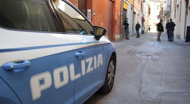 Roma, paura a Prati: 52enne danneggia pulmino per disabili e aggredisce agenti