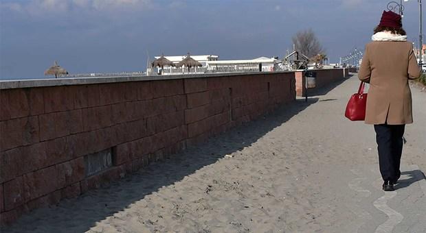 Fiumicino, lungomare off limits marciapiedi e pista ciclabile sono invasi dalla sabbia