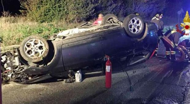 Ancona, incastrato nell'auto cappottata con il motore in mezzo alle gambe: grave ragazzo di 24 anni