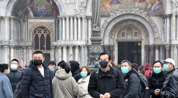 Turisti con le mascherine in piazza San Marco