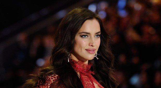 Uno smeraldo circondato da diamanti: sarebbe questo lanello di fidanzamento donato da Bradley Cooper a Irina Shayk.