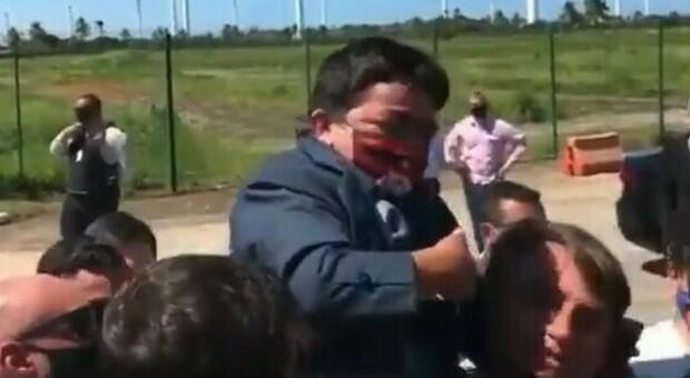 Bolsonaro, che gaffe: prende in braccio un uomo affetto da nanismo pensando sia un bambino