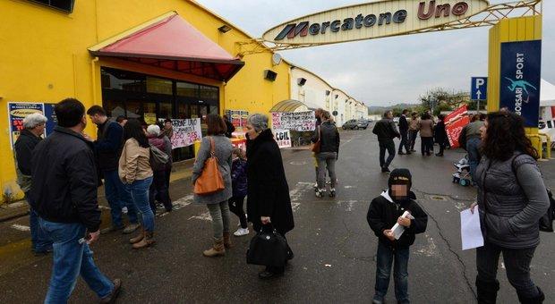 Mercatone Uno fallisce, i 1.800 dipendenti trovano i negozi chiusi. «Lo abbiamo saputo sui social»