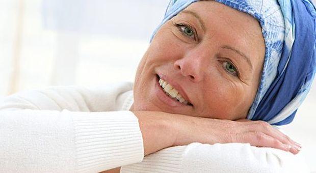 Turbante indossato da una donna malata durante la chemioterapia