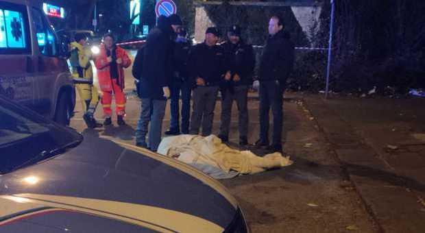 Cadavere avvolto in una coperta abbandonato davanti all'ospedale