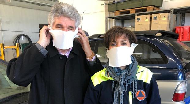 Il presidente della Provincia Ivan Dall'Ara e una volontaria della protezione civile con la mascherina