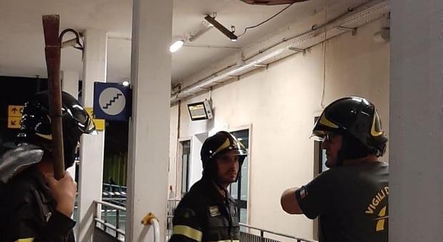 I vigili del fuoco alle prese con il crollo din una parte dell'intonaco alla stazione