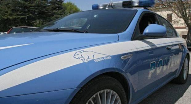 Palpa il seno ad una poliziotta, 28enne scarcerato dopo poche ore: «Fatto tenue»