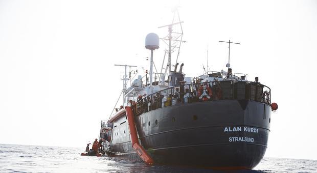 Migranti, nave Alan Kurdi a Sud di Lampedusa. Salvini: «Ong avvisata mezza salvata»