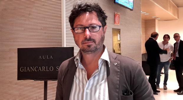 Filma i parcheggiatori abusivi davanti al cimitero e viene colpito con una spranga: la denuncia del consigliere regionale Borrelli