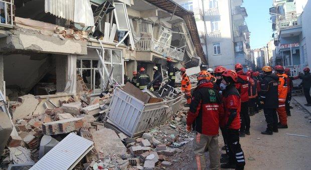 Terremoto Turchia, 29 morti e 1.200 feriti. Nuova scossa di 5.1, si scava tra le macerie