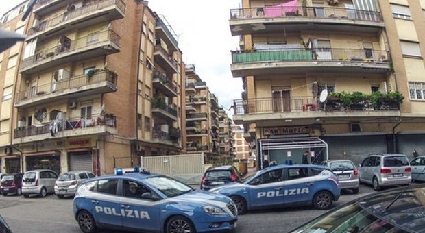 Ostia, la aggredisce con una forchetta e le rapina l'auto: inseguito dalla polizia sbatte contro un pilone