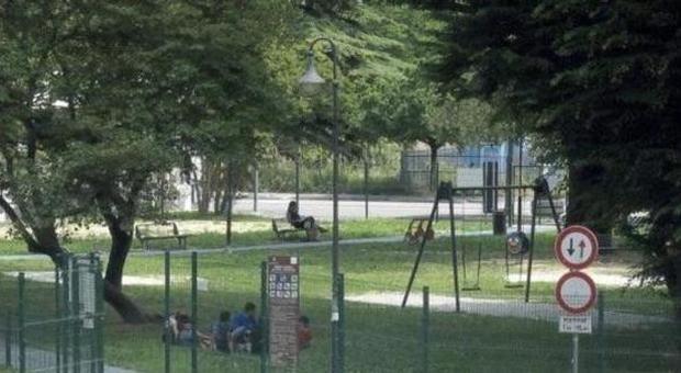 Sesso nella casetta dei bambini al parco giochi di Cremona: prof nei guai