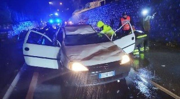 Maltempo, il vento sradica un tetto che piomba su un'auto: guidatore ricoverato in ospedale