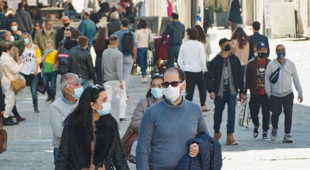 Covid, 80 scienziati bocciano l'immunità di gregge: «Non ferma il virus, tornerebbe con nuove ondate»