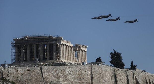 Il volo di alcuni caccia durante la festa dell'indipendenza greca