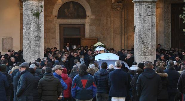 L'uscita del feretro dalla cattedrale (foto Riccardo Fabi/Meloccaro)