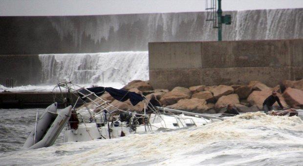 Raffiche di vento fortissime, si ribalta la barca a vela: turista morto annegato