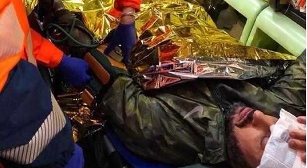 Corona picchiato da 20 pusher a Rogoredo: su Instagram le foto nell'ambulanza