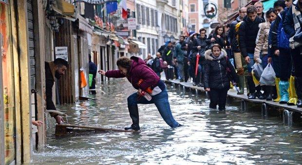 Acqua alta, il grido di Venezia. Il sindaco: un miliardo di danni