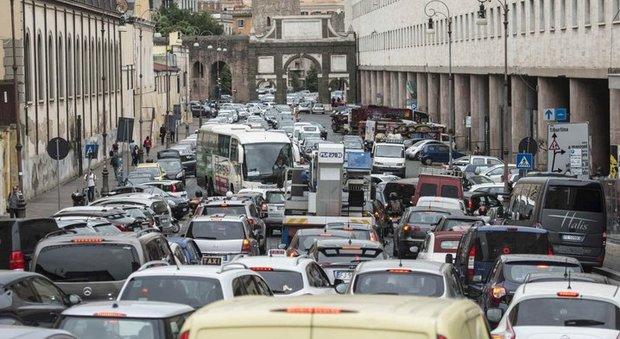 Caos traffico, Roma decima città al mondo: solo a Bogotà fa peggio per ore trascorse al volante