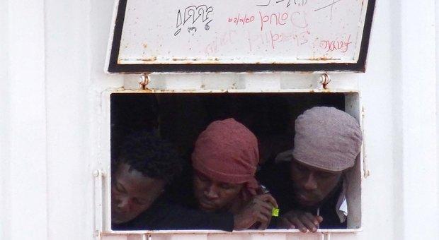 Ocean Viking, sbarcano a Taranto in 403: a bordo anche 132 minori non accompagnati