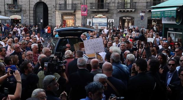 Carlo Croccolo, l'ultimo abbraccio della sua Napoli. Folla al funerale: «Salutaci il grande Totò»