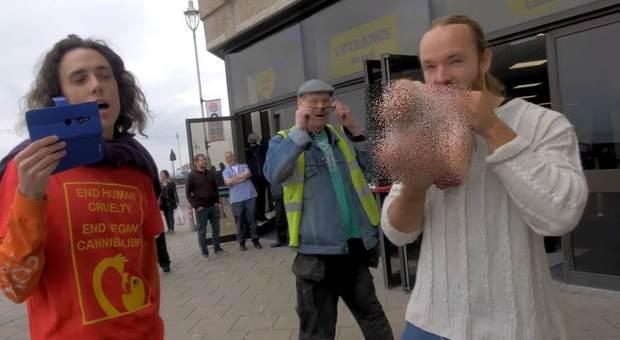 Un frame del video pubblicato su YouTube durante la manifestazione vegana