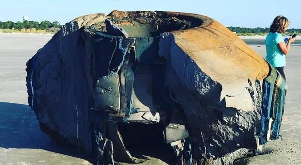 Misterioso oggetto cilindrico trovato su una spiaggia, il web si scatena: «Resti di un ufo»