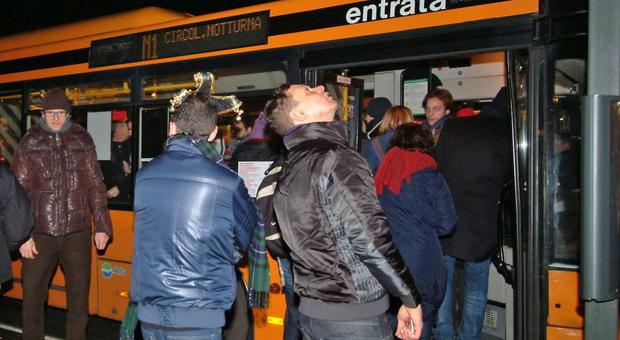 Venezia. Caos a Piazzale Roma: se la prende con i bus e aggredisce due autisti Actv