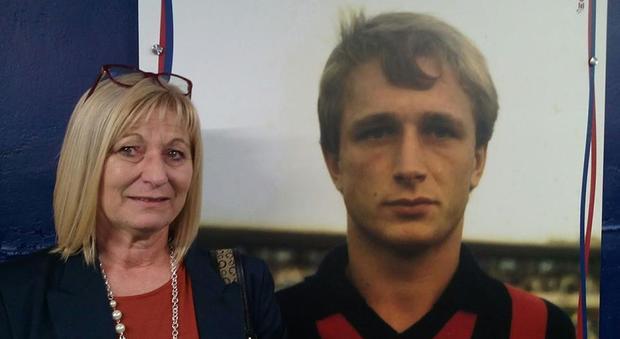 Donata Bergamini accanto a un poster del fratello Denis, calciatore del Cosenza morto in circostanze misteriose nell'89